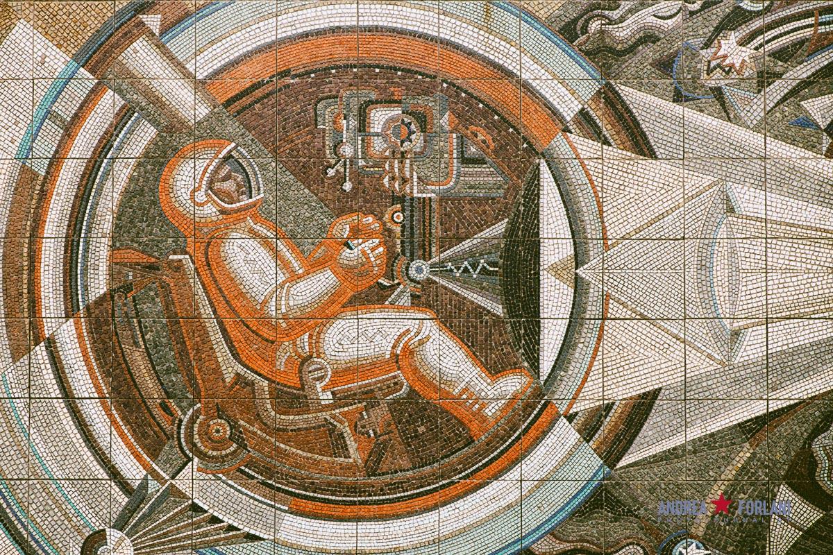 Mosaico sovietico presso il Politecnico di Čeljabinsk - Russia. Soviet mosaic with cosmonaut in Chelyabinsk, Russia.