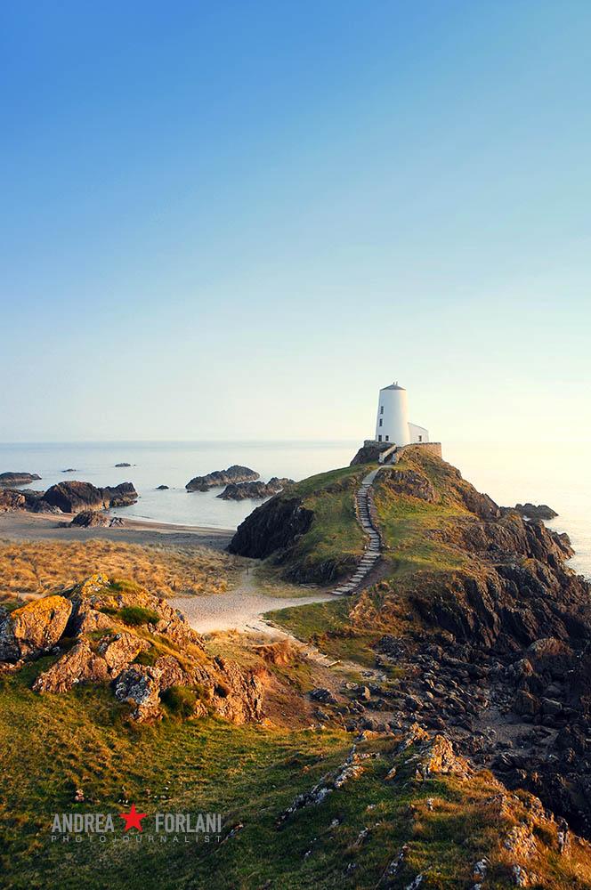 Il faro appoggiato sull'isola di Llanddwyn, nel Galles del Nord.